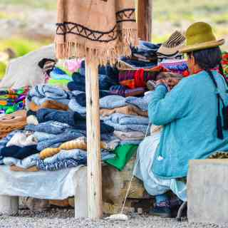 Перуанская бабушка вяжет яркие свитера.