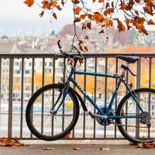 Велосипед на набережной Цюриха.