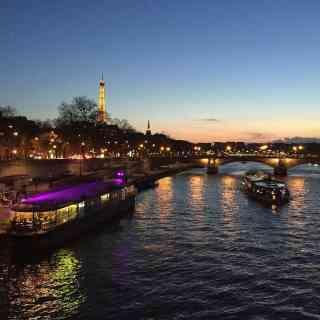 Des jours que l'on oublie <br/> Qui oublient de nous voir <br/> Et c'est Paris l'espoir <br/> Des heures où nos regards <br/> Ne sont qu'un seul regard <br/> Et c'est Paris miroir <br/> Rien que des nuits encore <br/> Qui séparent nos chansons <br/> Et c'est Paris bonsoir <br/> Et ce jour-là enfin <br/> Où tu ne dis plus non <br/> Et c'est Paris ce soir <br/> Une chambre un peu triste <br/> Où s'arrête la ronde <br/> Et c'est Paris nous deux <br/> Un regard qui reçoit <br/> La tendresse du monde <br/> Et c'est Paris tes yeux <br/> Ce serment que je pleure <br/> Plutôt que ne le dis <br/> C'est Paris si tu veux <br/> Et savoir que demain <br/> Sera comme aujourd'hui <br/> C'est Paris merveilleux