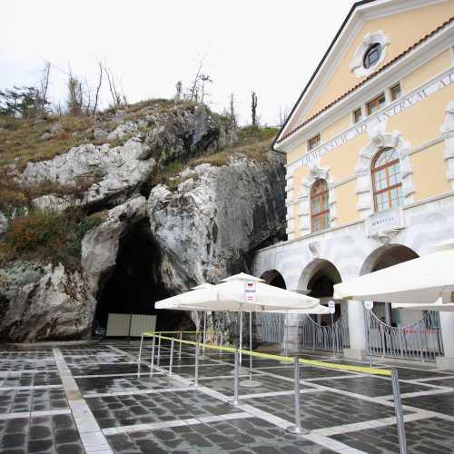 Постойнска-яма, Словения