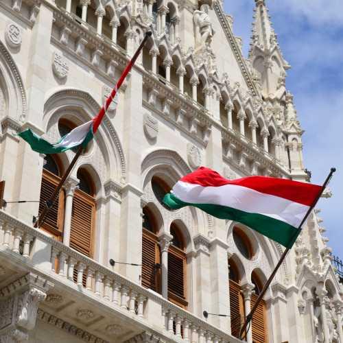 Флаги Венгрии на здании парламента в Будапеште