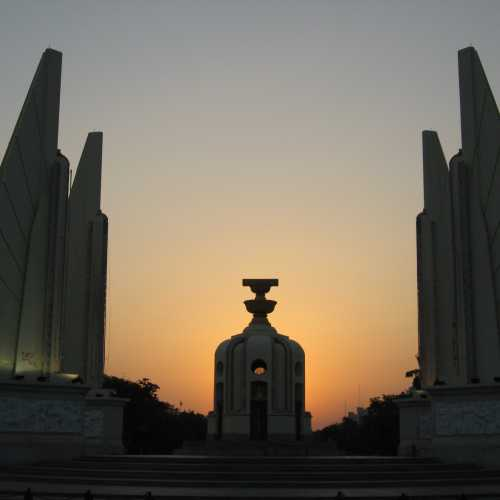 The Democracy Monument (Thai: อนุสาวรีย์ประชาธิปไตย)