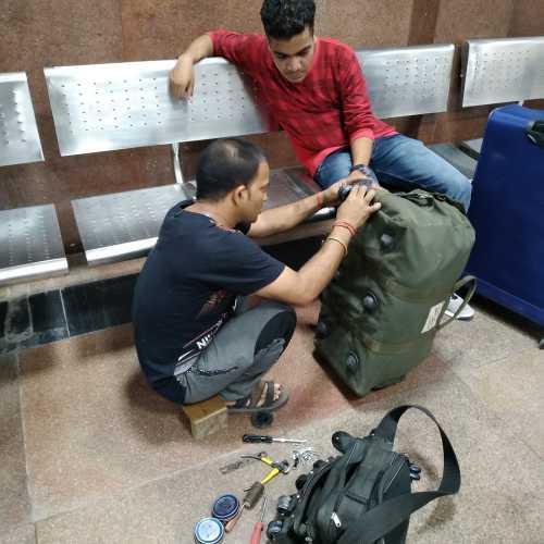 Если у сумки отвалились колесики — местные умельцы могут установить новые (New Delhi Railway Station, India)