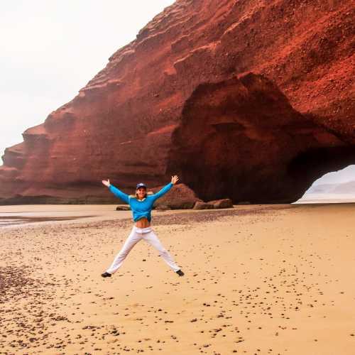 У арки на пляже Легзира.