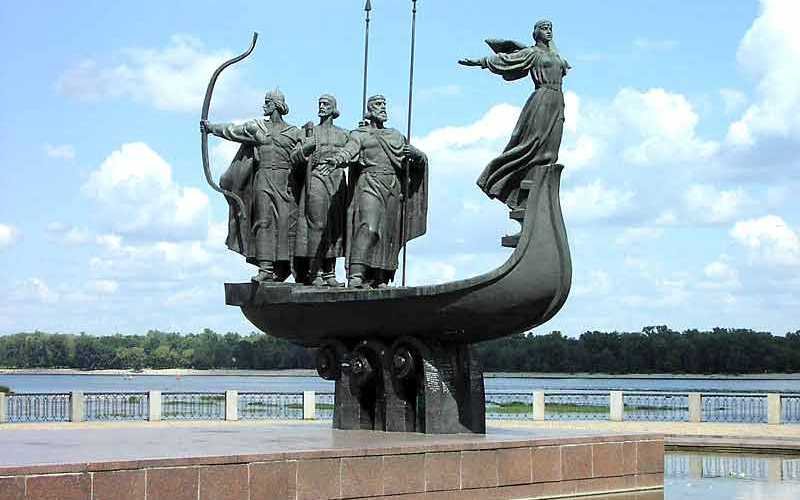 Киев, памятник легендарным основателям города: Кий, Щек, Хорив и сестра Лыбидь