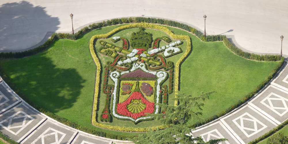 Герб Ватикана из цветов во дворе Папской резиденции