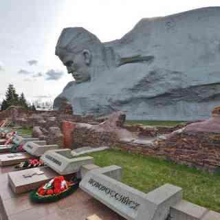 Брестская крепость. Памятник «Мужество». У подножья мемориальные доски с именами Городов-героев.