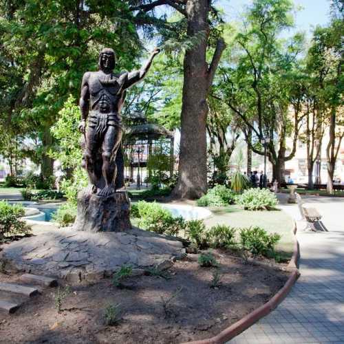 Чили. Курико. Статуя индейца племени Мапочо в центральном парке.