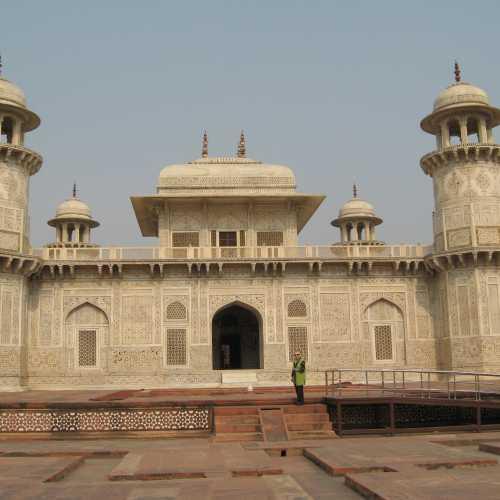 Мавзолей Итмад-уд-Дуала в Агре, India