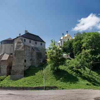 Острожский замок (вид с нижней дороги)