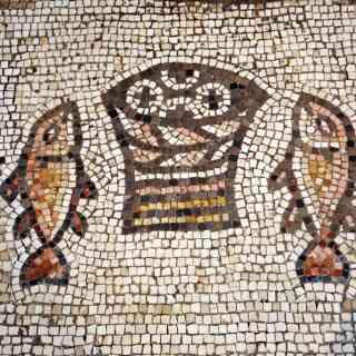 Мозаическое панно на полу перед алтарём в Храме Умножения Хлебов и Рыб.