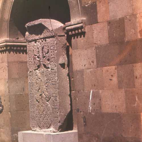 Эчмиадзин. Хачкар во дворе монастыря