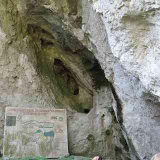 Снаружи, отверстия в скале.Пещера Врело