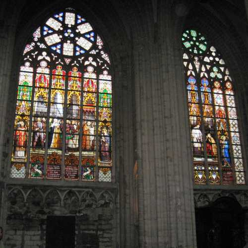 Брюссель. Витражи в соборе Архистратига Михаила