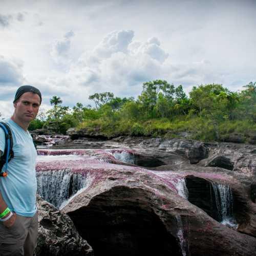 В Каньо Кристалес интересно то, что она не просто цветная река, но тут само строение реки интересно.