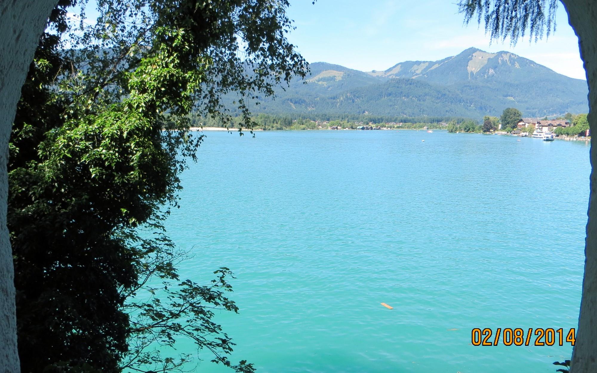 В Санкт-Вольфганге набережная с живописным видом на горы и озеро Вольфгангзее глубиной 114 м.