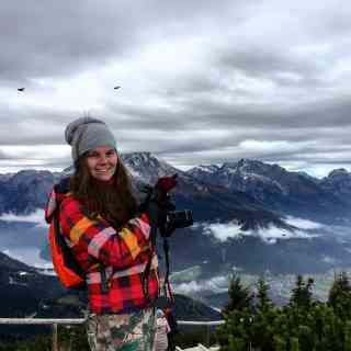 Аня на фоне Альп. В Германии их совсем чуть-чуть, но они от этого ничуть не хуже.