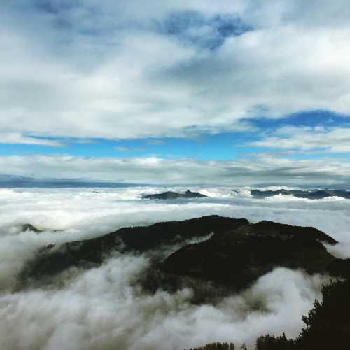 Не знаю, повезло нам или нет, но облачность не была совсем плотной, поэтому можно было разглядеть «островки» холмов под нами.