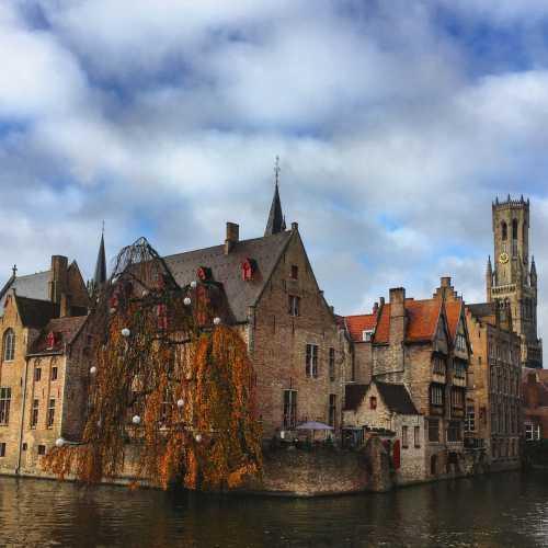 Брюгге прекрасен своими каналами, разрекламирован благодаря фильму (Белфорт, башня, на фотографии справа). И вообще мил