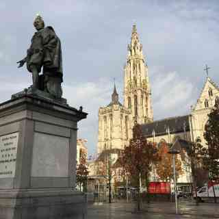 Всё как надо — Кафедральный собор, памятник и птичка на нём.