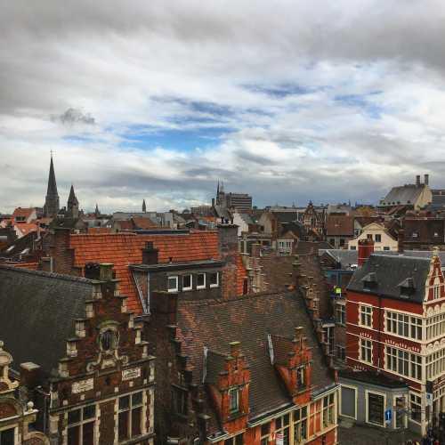 Вид с крыши форта. Остроконечные крыши, узкие здания. Вот она — Бельгия.