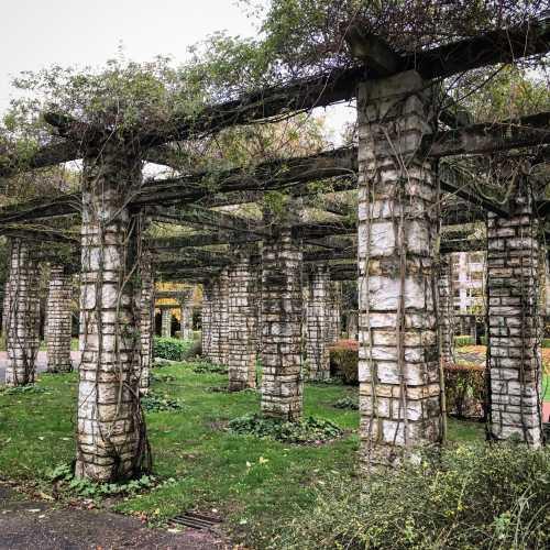 Парк недалеко от вокзала в Генте. В центр пешком стоит идти только, если вы любите ходить или хотите сэкономить.