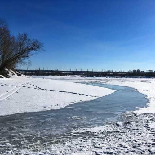 Мне свезло посетить Родной город в удивительную погоду — зима уже даёт задний ход, грязь ещё не потекла и лёд ещё крепок. Можно походить по Оби, пешком. В первый раз в жизни.