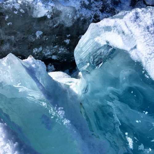 Удивительное явление — голубой, лазурный лёд возле шлюза Обского водохранилища. Играет бесконечным количеством оттенков синего на солнце. Родители и я видели такую голубизну впервые в жизни.