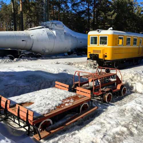 По пути из Академгородка в Новосибирск есть прекрасный музей железнодорожной техники. Целых пять путей паровозов, дрезин и другой жд техники.