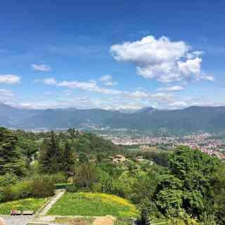 Бергамо прекрасен и видами, и холмами, и погодой. Топайте вверх пешком, а вниз фуникулёром. Заметно быстрее и без очередей. #рембишпознавательный