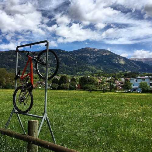 Поля, горы, облака и велосипед, например.