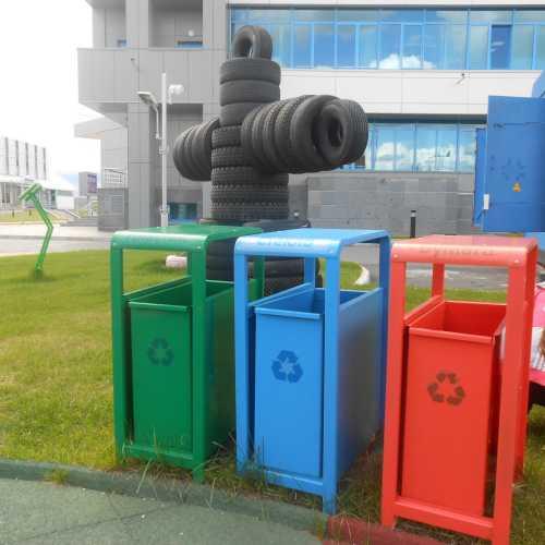 Весёлые мусорные баки в Экопарке
