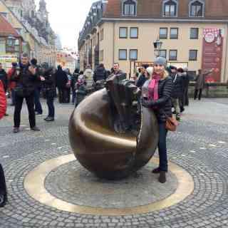Памятник «расколотый земной шар» в Дрездене