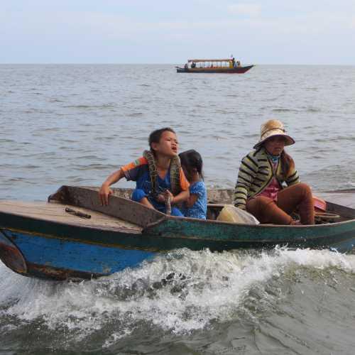 Дети на озере поют песни для туристов