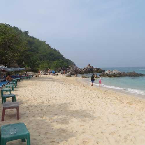 Один из дальних пляжей Ко Лана. Плюсы очень мало народа, минусы дорого добираться высокие цены на лежаки и еду.