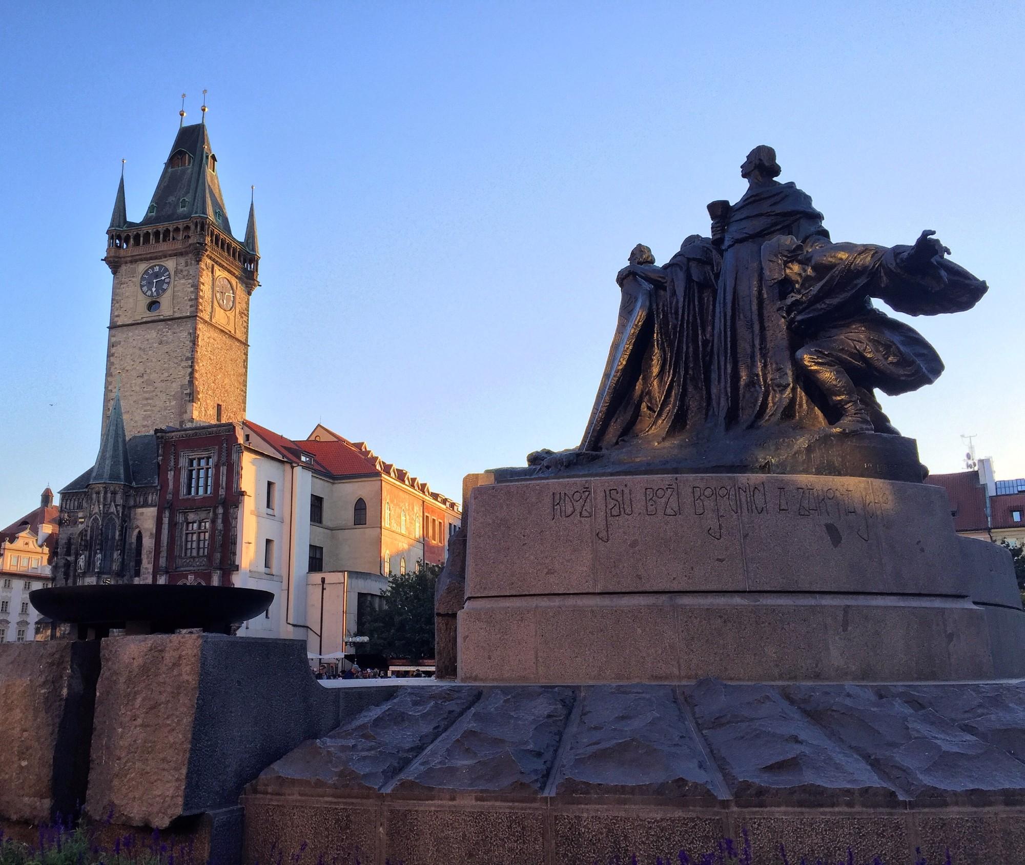 Памятник Яну Гусу на фоне Староместской ратуши.