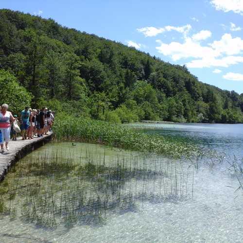 Деревянные настилы и удобные пешеходные зоны тянутся вдоль всех Плитвицких озер.
