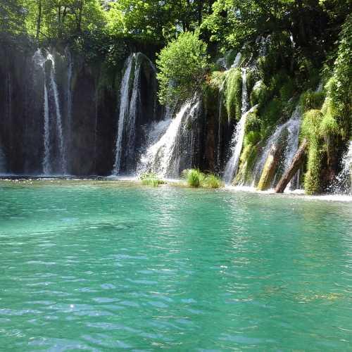 Плитвицкие озера перетекают друг в друга водопадами.