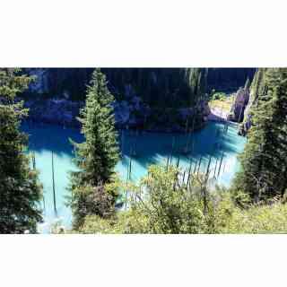 Знаменитое озеро Каинды. Когда-то давно в результате землятресения ущелье затопило и остались только верхушки сосен, которым уже более 100 лет.