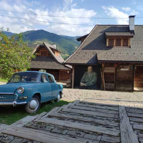 Дрвенград, также Кю́стендорф, Ме́чавник — этнодеревня, построенная режиссёром Эмиром Кустурицей для съёмок фильма «Жизнь как чудо».