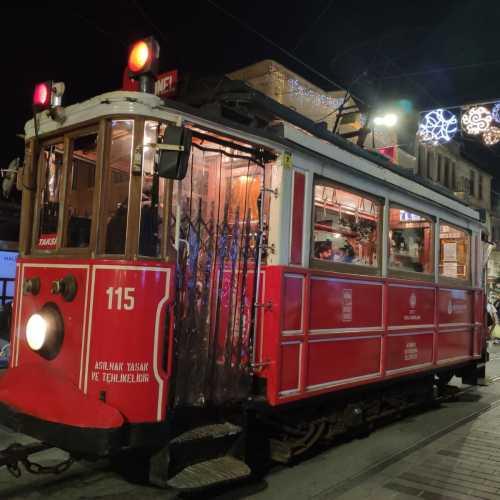 Nostalgic Tram – красный ретро-трамвай на улице Истикляль