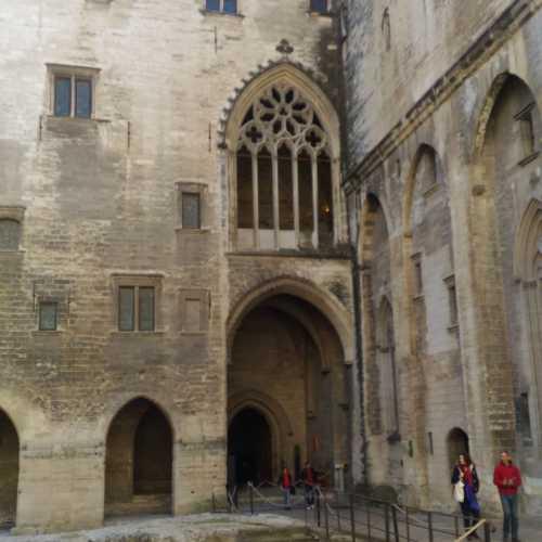 Окно в замке 9 пап, через которую папа говорил речь перед народом