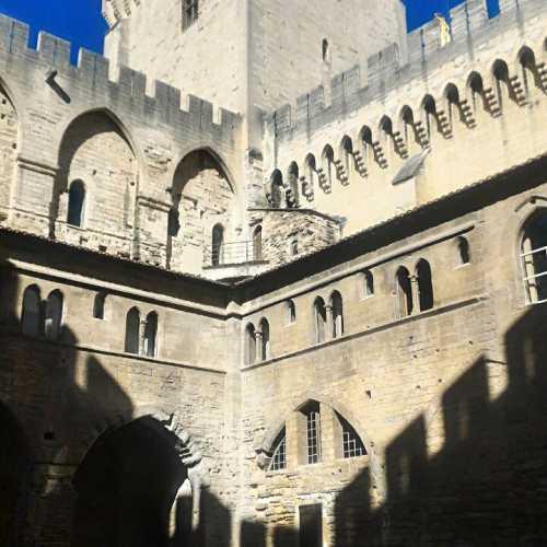 Замок 9 Пар в Авиньене