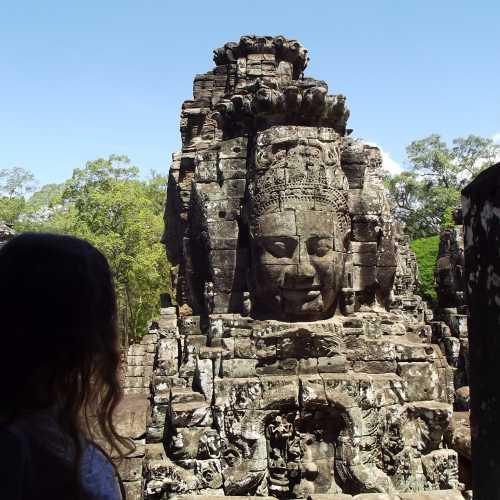 Байон (кхмер. ប្រាសាទបាយ័ន, Prasat Bayon) — храмовый комплекс в центре Ангкор-Тхома, построен в XII веке в честь Джаявармана VII. Храм имеет три уровня и его окружают три стены. Основная часть декора храма — изображение бытовой и повседневной жизни кхмеров. Есть также глухая стена высотой в 4,5 метра на которой изображены сцены победы Джаявармана VII над чамами в битве на озере Тонлесап.
