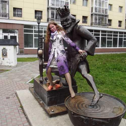 Скульптура «Царь, готовящийся окунуться в кипящий котел» в сквере им.П.П.Ершова в г. Тобольск