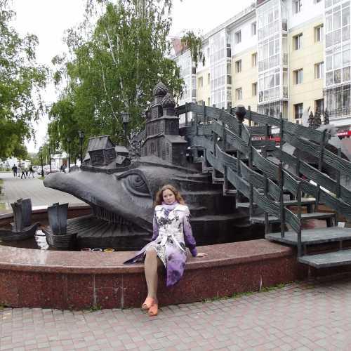 Скульптура-фонтан «Чудо-юдо рыба-кит» в сквере им.П.П.Ершова. <br/> Рыбу-кит окружают корабли, на спине раскинулось селение с храмами, избами и лесами.