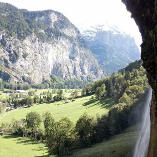 Вид из под Водопада на долину и ледник.