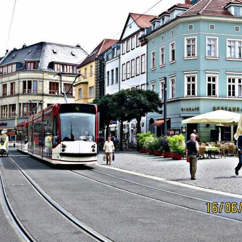 Місто у центрально-східній частині Німеччини (на теренах колишньої НДР), столиця землі Тюрингія
