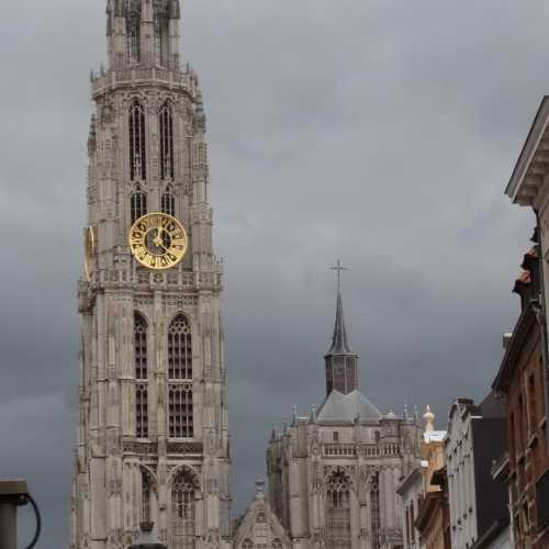 Над городом возвышается колокольня собора антверпенской Богоматери