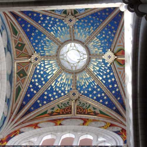 Глубочайший синий цвет неба на куполе церкви поражает!